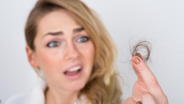 頭髮油膩、頭皮脫屑...原來掉髮和食物有關!甜食、炸物...害頭皮「慢性中毒」