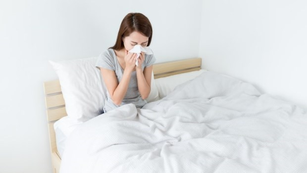鼻塞、打噴嚏、流鼻水...是「過敏性鼻炎」還是「感冒」?一張表告訴你差在哪