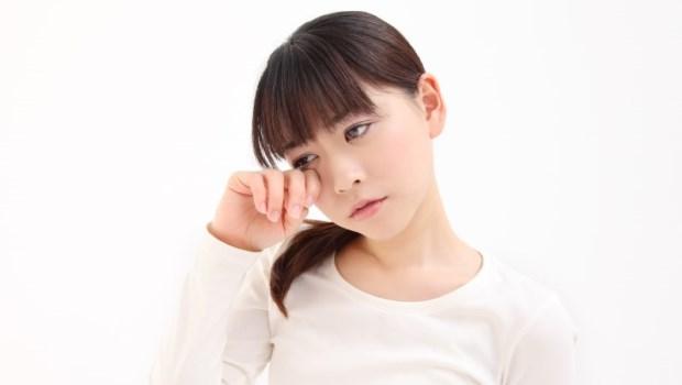 眼睛刺刺的不舒服,一檢查發現角膜上竟一個個小黑點...眼科醫師警告:卸妝不確實的3大危害