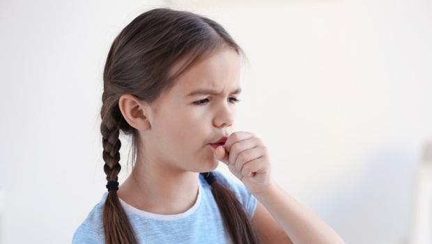 咳嗽咳不停、喘不過氣,是「哮吼」還是「氣喘」?靠1關鍵判斷!除了吃藥,你還能替孩子做這3件事改善