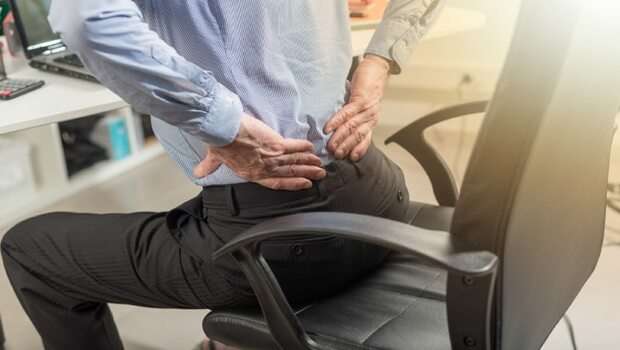 肺炎、主動脈瘤...4部位背痛是不同疾病警訊!專家教你分辨
