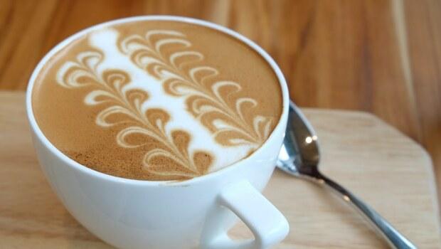 拿鐵比黑咖啡,更會抑制鈣質吸收?營養師揭:原因在咖啡的「這個成份」