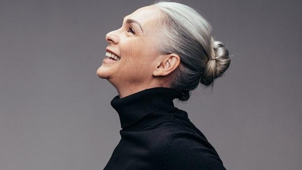 白髮讓她成為超級名模、皺紋使她感到開心...「我從不怕變老!」特斯拉CEO媽媽:我71歲,才正要振翅高飛