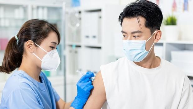 打疫苗副作用大不大,原來出在「這關鍵」!醫師解析:其實年輕人副作用比老人更多
