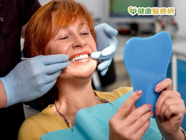 牙齦發黑潰爛 問題在假牙?
