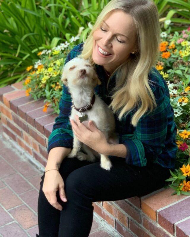 Jenny Garth hugging dog