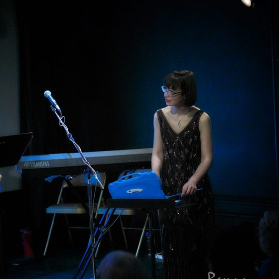 Hanna Bech performing at Queens of Quirk. Photo by Ramucy Photog
