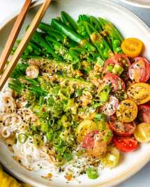 A close shot showing the shirataki noodles and vegetables with the dressing on a plate