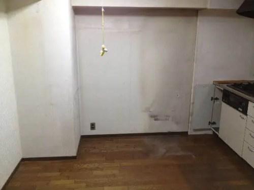 冷蔵庫や食器棚など、大型家具が撤去されたキッチン