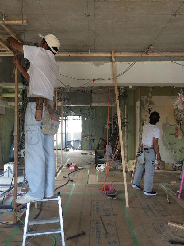 杉フローリングは養生されて、壁・天井の下地づくりへ