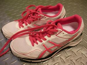 サイズが合っている靴なのに、ゆび先があたって爪が変色。