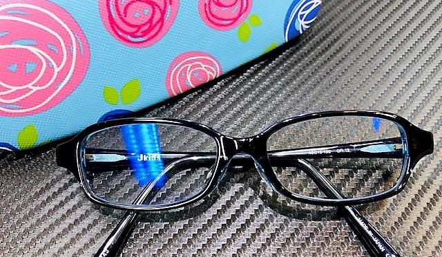 ジュニア達のメガネは、丈夫でフィッティングしやすくて、何より本人が気に入って掛けてくれる事が大切なのです。^^