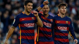 Football Soccer - Barcelona v Real Sociedad - Spanish Liga BBVA - Camp Nou, Barcelona, Spain - 28/11/15  Barcelona's Neymar celebrates scoring the third goal with team mates Luis Suarez and Lionel Messi REUTERS/Albert Gea - RTX1W8V7