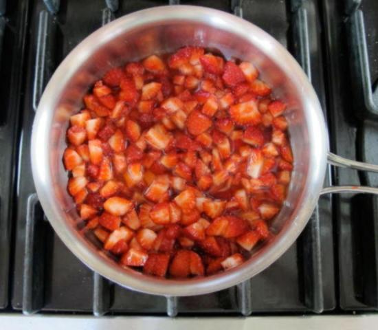 Нарежьте клубнику для топпинга на небольшие кусочки