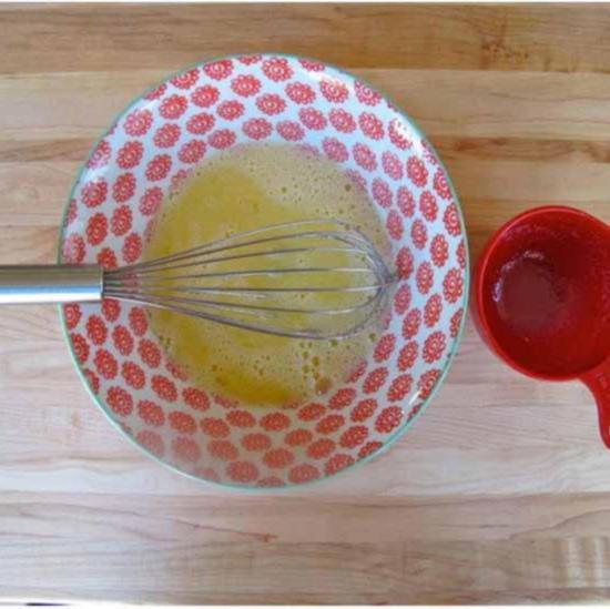 Вбейте яйца в молочно масляную смесь