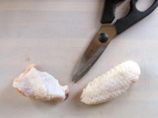 Разделите плечевую и локтевую части крылышка