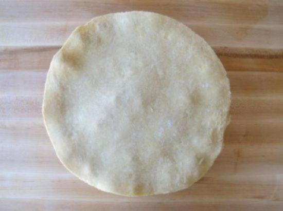 Накройте пирог вторым листом слоеного теста