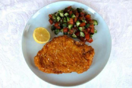 куриный шницель в панировке с салатом из свежих овощей