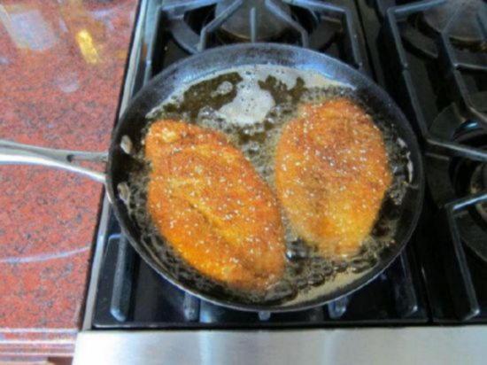Обжарьте куриные шницели с обеих сторон
