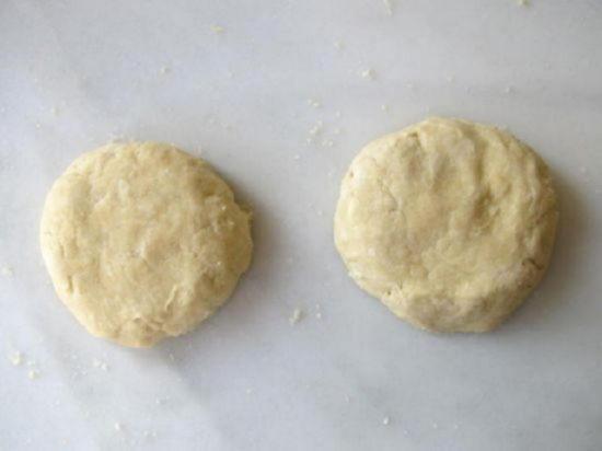 Разделите слоеное тесто на два неравных шара