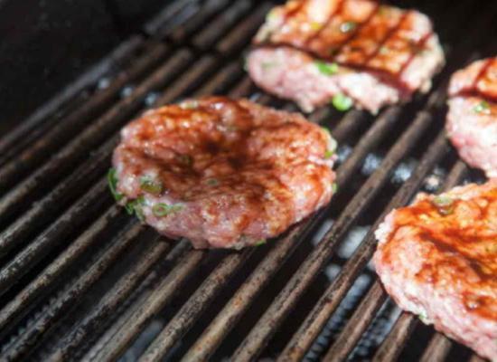 Жарьте свиные котлеты для бургера пять - семь минут