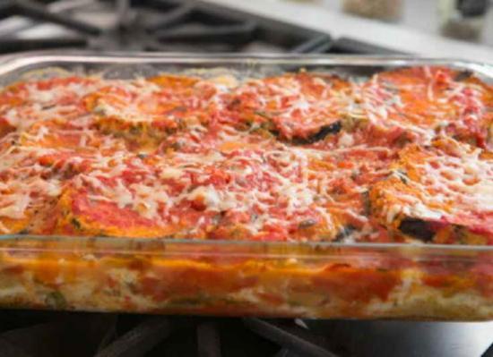 Zapekite-baklazhany-s-mocarelloj-parmezanom-i-pomidorami-v-duhovke
