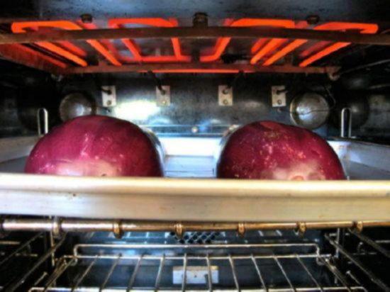Запекайте баклажаны в духовке под включённым грилем