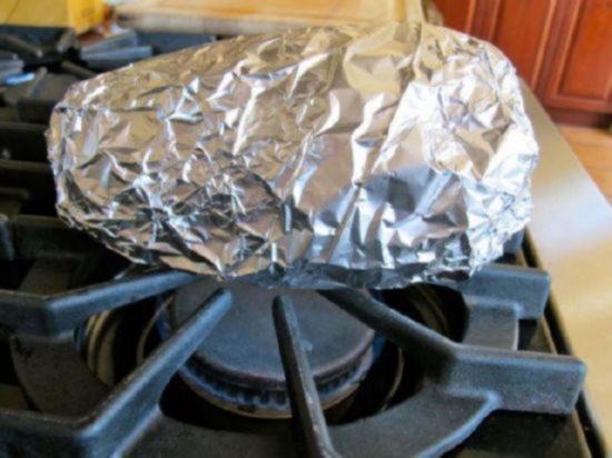 Поместите завёрнутый в фольгу баклажан над пламенем горелки