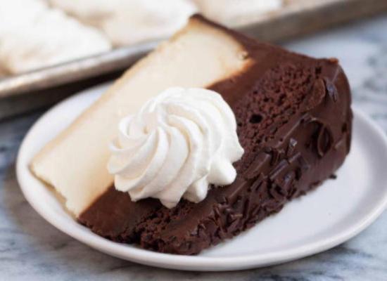 Украсьте замороженными взбитыми сливками кусочек пирога или десерта