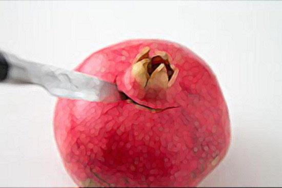 Вырежьте из граната плодоножку, похожую на корону