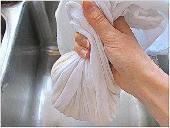 Отожмите жидкость из натертого картофеля и лука