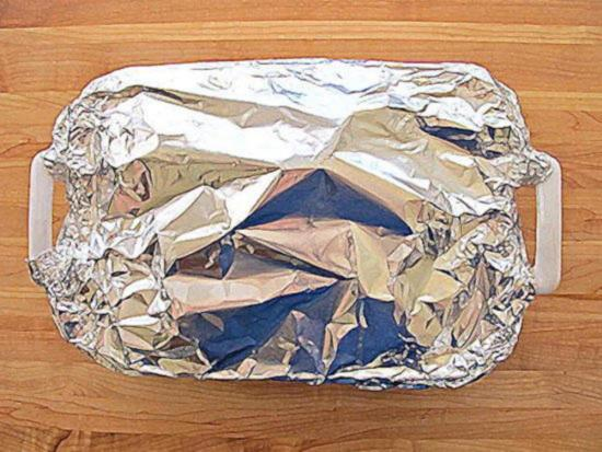 накройте форму алюминиевой фольгой и плотно прижмите ее края