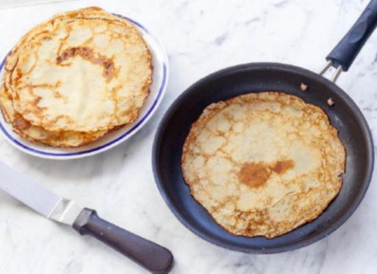 Готовые тонкие французские блинчики складывайте стопкой на тарелку
