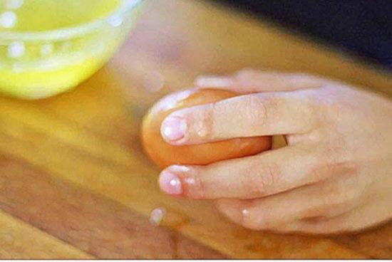 чтобы отделить желток вначале разбейте яйцо о ровную поверхность