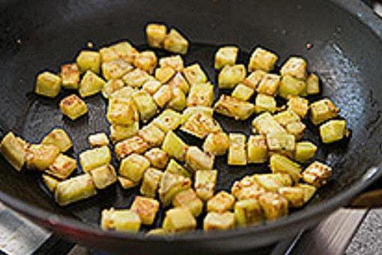 Очистите, нарежьте и обжарьте баклажаны для макарон