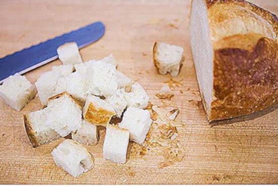 Нарежьте хлебный батон на двухсантиметровые кубики