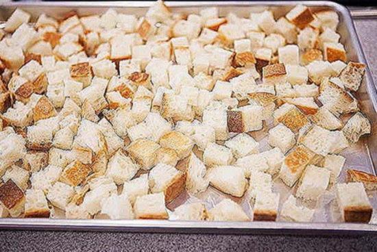 Немного подсушите поверхность сухарей, чтобы они лучше обжарились и хорошо держали форму в салатах или начинках