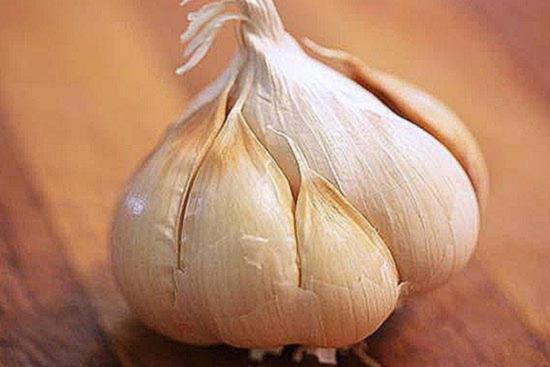 Снимите с головки чеснока верхний слой шелухи