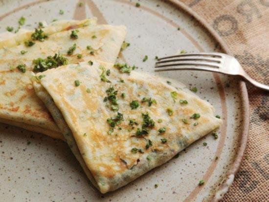 фаршированные французские блинчики со шпинатом красным луком сыром Фета и зеленью