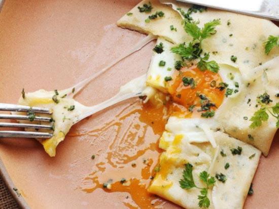 Французские блинчики с ветчиной сыром и яйцом