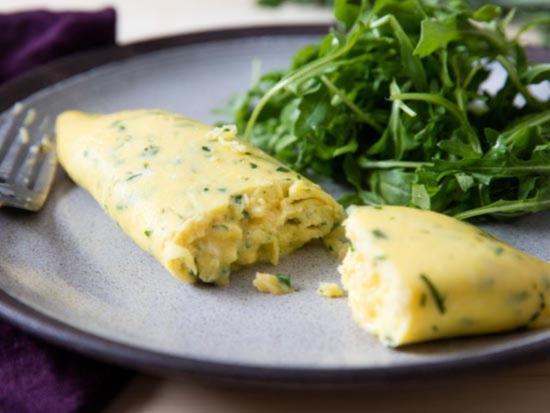 omlet mozhno prigotovit s podzharennymi zernami tmina i kopchennoj paprikoj