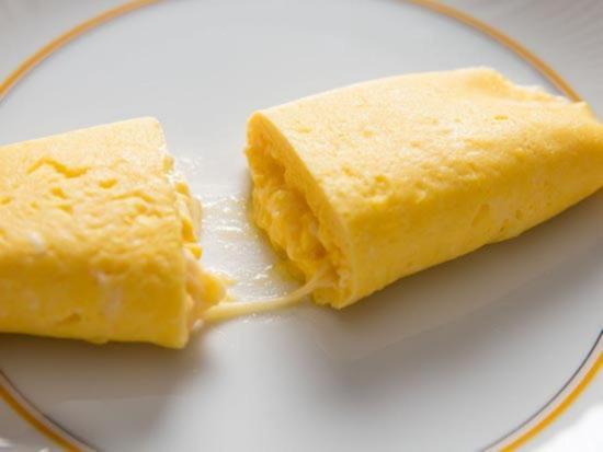 Teplaya rasplavlennaya syrnaya massa vytekayushchaya iz serdceviny omleta