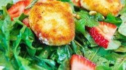 Салат из жаренного козьего сыра свежей клубники и рукколы