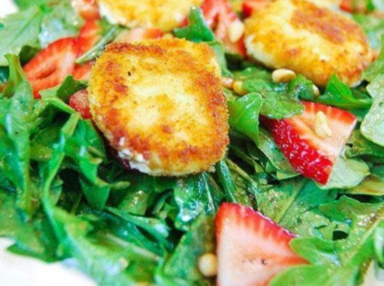 Salat iz zharennogo kozego syra svezhej klubniki i rukkoly