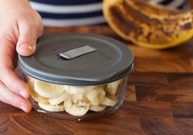 narezannyj kusochkami banan postavte v morozilku