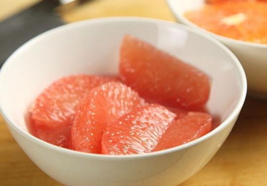 Narezh'te citrusovye dlya salata s zharennoj svekloj
