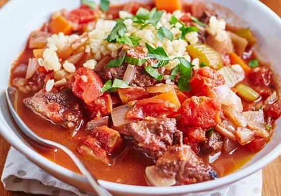 Recept ragu iz tushenoj baraniy s koricej konservirovannymi pomidorami i svezhej zelen'yu.