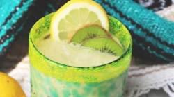 Сливочный смузи из киви авокадо кокосового молока и лимонного сока