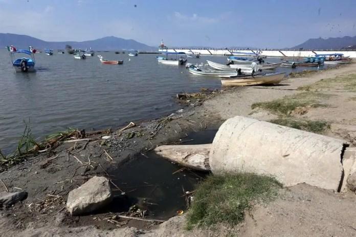 Señalan al estado por tirar aguas negras al Lago de Chapala