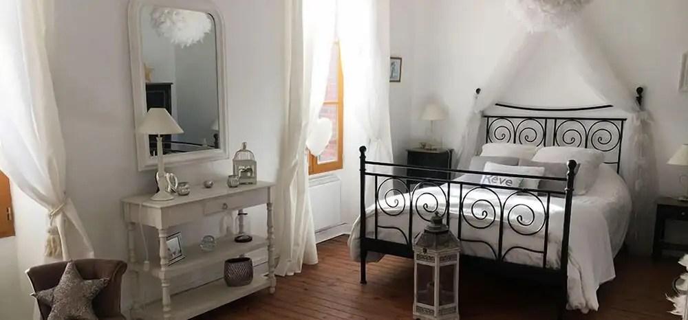 Presentato tutto quello che fa parte dello stile shabby chic. La Maison Du Lac Near Plage De Bonnu Arrondissement De La Chatre France